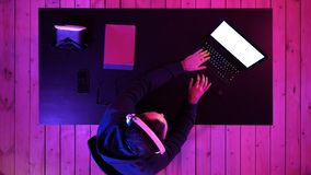 Berufsgamer, der das Videospiel-Strömen spielt Weiße Bildschirmanzeige stockfoto