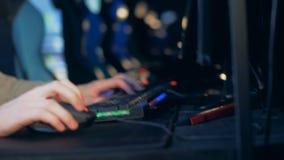 Berufsgamer spielt auf einem modernen PC, Abschluss oben stock footage