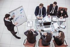 Berufsgeschäftsteam an der Darstellung des neuen Projektes im Büro lizenzfreie stockfotografie