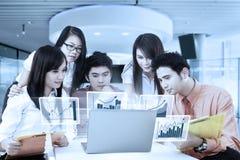Berufsgeschäftsteam und virtuelles Diagramm stockbilder