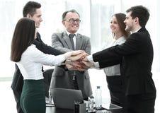 Berufsgeschäftsteam zeigt seine Einheit Das Konzept der Teamwork lizenzfreie stockfotografie