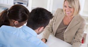 Berufsgeschäftstreffen: junge Paare als Kunden und Lizenzfreie Stockfotos