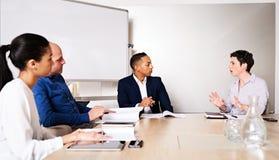 Berufsgeschäftstreffen zwischen 4 erzog, rassisch verschiedene Unternehmer Lizenzfreie Stockfotos