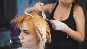 Berufshaarfarbsalon Recht und lächelndes Mädchen kam zu ihrem Stilisten stock footage