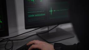 Berufshacker gibt die Zahl der Plastikkreditkarte in einem speziellen Spyware ein, um zu den Kapitalien Zutritt zu erhalten Diebs stock video