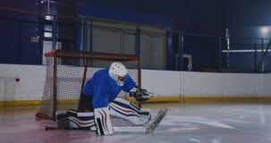 Berufshockey, Torhüter fängt den Kobold, nachdem es einen Spieler in einem Hockeymatch geschlagen hat stock video footage