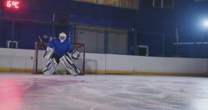 Berufshockey, Torh?ter f?ngt den Kobold, nachdem es einen Spieler in einem Hockeymatch geschlagen hat stock video footage