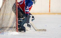 Berufshockeyausrüstung Mann, der Eishockey, gesunden Lebensstil f spielt lizenzfreie stockbilder