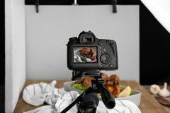 Berufskamera auf Stativ während des Lebensmittelfotografierens stockfotos