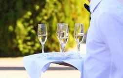 Berufskellner mit Champagner Stockbild