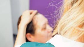 Berufskosmetiker ältere Frau lernen, um sich für reife Haut in der Schönheitsschule zu interessieren stock video