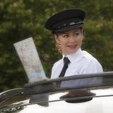 Berufskraftfahrer, der Wegkarte hält Lizenzfreies Stockfoto