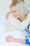 Berufskrankenschwester, die um einem Patienten sich kümmert Stockbilder