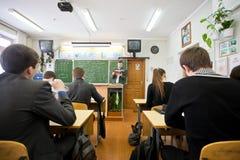 Berufslehrer, der laute nützliche Informationen vorliest stockfoto