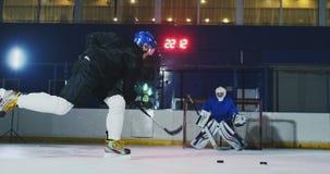 Berufslochender Kobold des Hockeyspieler- und -torhüterzugs auf Ziel Torhüter und Spieler im Training Langsame Bewegung stock video