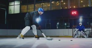 Berufslochender Kobold des Hockeyspieler- und -torh?terzugs auf Ziel Torh?ter und Spieler im Training Langsame Bewegung stock video