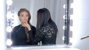 Berufsmake-upkünstler, der Lipgloss anwendet Lizenzfreie Stockbilder