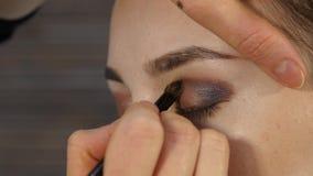 Berufsmake-upkünstler macht Augenmake-up auf einem Kundengesicht Schönheitsmodeindustrie stock video