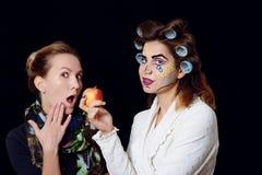 Berufsmake-upkünstler mit jungem Modell haben den Spaß und tun kreative Pop-Arten-Art lizenzfreies stockfoto