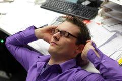 Berufsmann des jungen Geschäfts, entspannender Stutzen und Entlastungsschmerz Stockbild