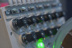 Berufsmaschine für das Anwenden der Stickerei auf unterschiedlichem Gewebe Lizenzfreie Stockfotografie