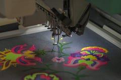 Berufsmaschine für das Anwenden der Stickerei auf unterschiedlichem Gewebe Lizenzfreie Stockbilder