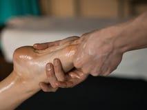 Berufsmasseur, der Tiefengewebe geölte Massage ein Mädchen an der Ayurveda-Massage-Sitzung antut stockbilder
