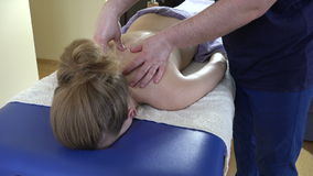 Berufsmasseurmann machen entspannende Rückenmassagefrau stock footage
