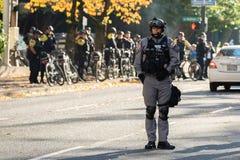 Berufsmediziner von einer schnellen Einheit der Polizei Warte stockbild