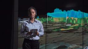 Berufsmeteorologe, der über Art des Hurrikans spricht stock video