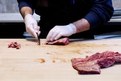 Berufsmetzgerzutatrindfleisch stockfoto