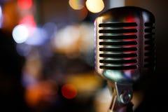 Berufsmikrofon für den Gesang im Karaoke Copyspace stockbild