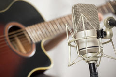 Berufsmikrofon und Akustikgitarre Stockfotografie