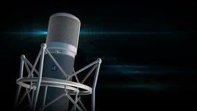 Berufsmikrofonsilbermikrofon, das sich langsam auf glänzenden flackernden schwarzen Hintergrund dreht stock footage