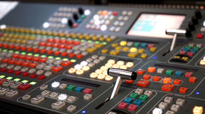 Berufsmischende Audiokonsole mit Faders und Einstellknöpfen, weißer selektiver Fokus Fernsehausrüstung Schwarzen Stockbild