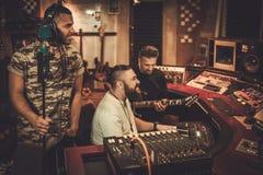 Berufsmusikband-Aufnahmelied in Butikenaufnahme stu lizenzfreies stockfoto
