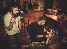 Berufsmusikband-Aufnahmelied in Butikenaufnahme stu stockfoto