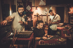 Berufsmusikband-Aufnahmelied in Butikenaufnahme stu lizenzfreie stockfotos