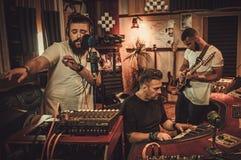 Berufsmusikband-Aufnahmelied im Butikentonstudio lizenzfreies stockbild