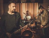 Berufsmusikband, die im Butikentonstudio durchführt stockbilder