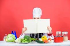 Berufsniveau Frauenstudie kulinarisch Kulinarischer Experte Chef, der gesunde Nahrung kocht Kochen von Techniken Kochen Sie geles lizenzfreie stockfotos