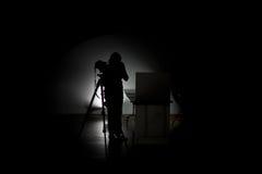 Berufsphotograph, der im Studio arbeitet Lizenzfreie Stockfotografie