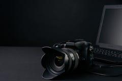 Berufsphotographiekamera, moderner Laptop, Hauptillustration u. Ausrüstungen lizenzfreies stockbild