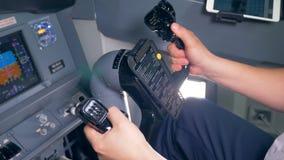 Berufspilot hält einen flachen Helm, Abschluss hoch stock video