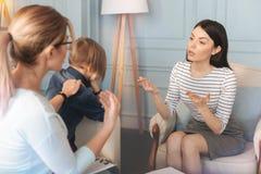 Berufspsychologe, der mit einer Mutter und einem Sohn spricht Stockbilder