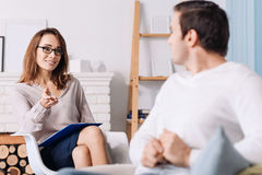 Berufspsychologe, der mit ihrem Kunden spricht Lizenzfreies Stockfoto