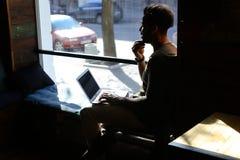 Berufspsychologe reagiert auf Buchstaben im on-line-Blog Lizenzfreies Stockbild
