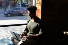 Berufspsychologe reagiert auf Buchstaben im on-line-Blog Lizenzfreie Stockfotografie