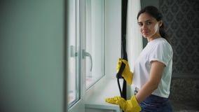 Berufsreinigung von Windows Fenster, das mit speziellem Reinigungsmittel sich wäscht eine Hausfrau oder eine Putzfrau stock footage