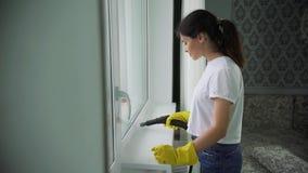 Berufsreinigung von Windows Fenster, das mit speziellem Reinigungsmittel sich wäscht eine Hausfrau oder eine Putzfrau stock video
